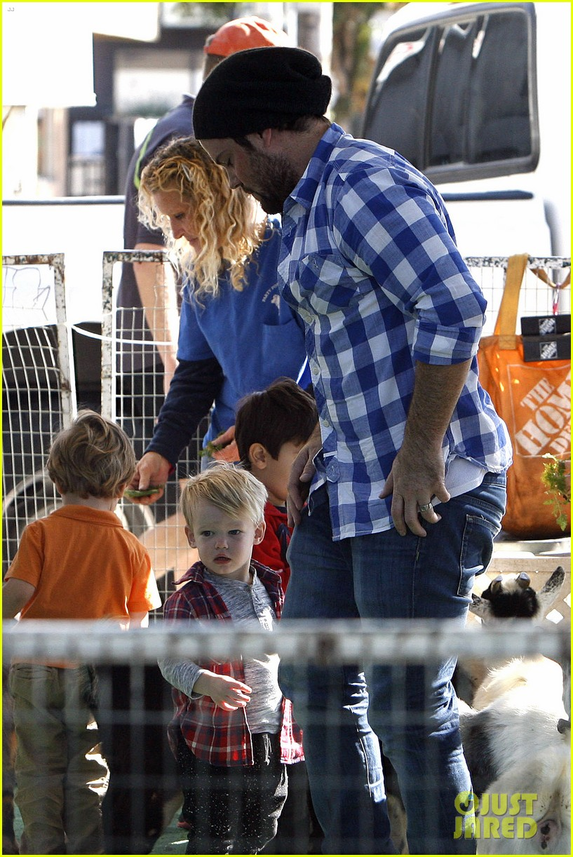 hilary duff mike comrie petting zoo with luca 10