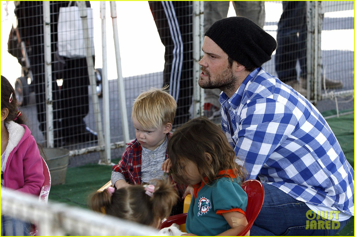 hilary duff mike comrie petting zoo with luca 142999130