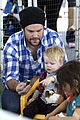hilary duff mike comrie petting zoo with luca 02