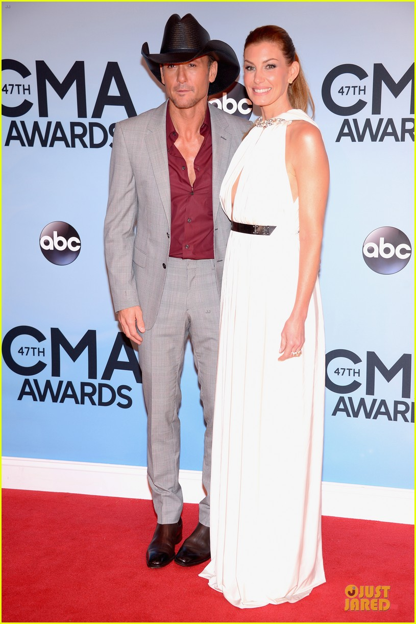 faith hill tim mcgraw cma awards 2013 red carpet 01