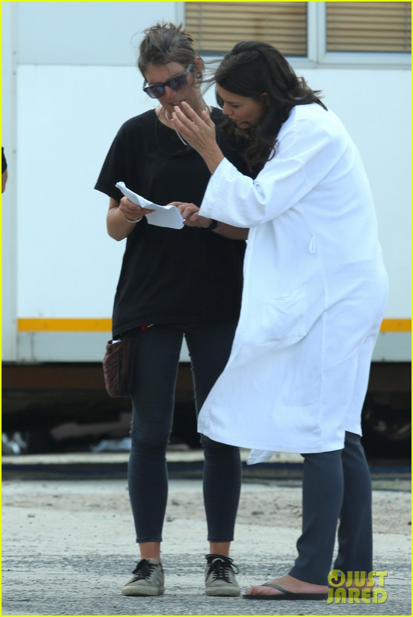 katie holmes leaves giver make up hair trailer looking gorgeous 062997406