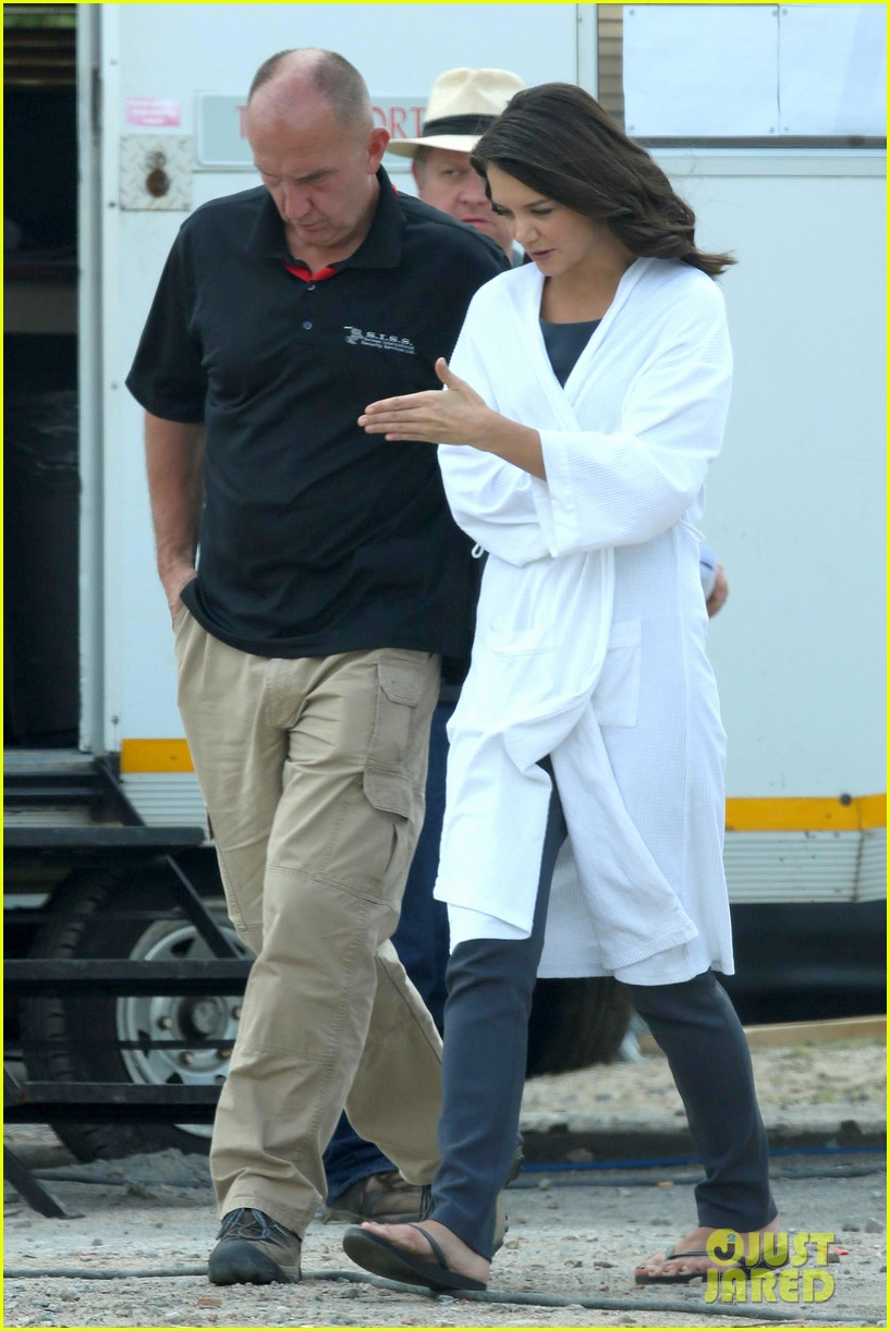 katie holmes leaves giver make up hair trailer looking gorgeous 11
