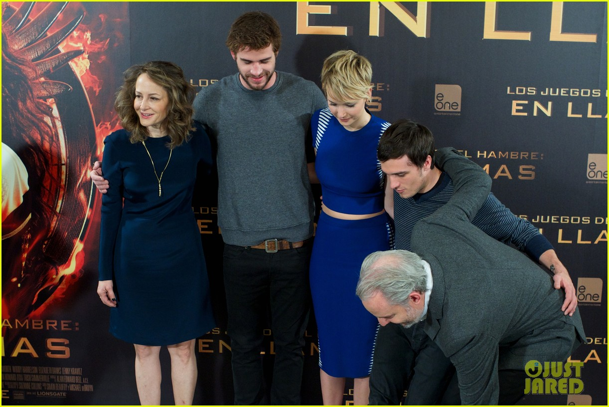 jennifer lawrence liam hemsworth cataching fire madrid 12