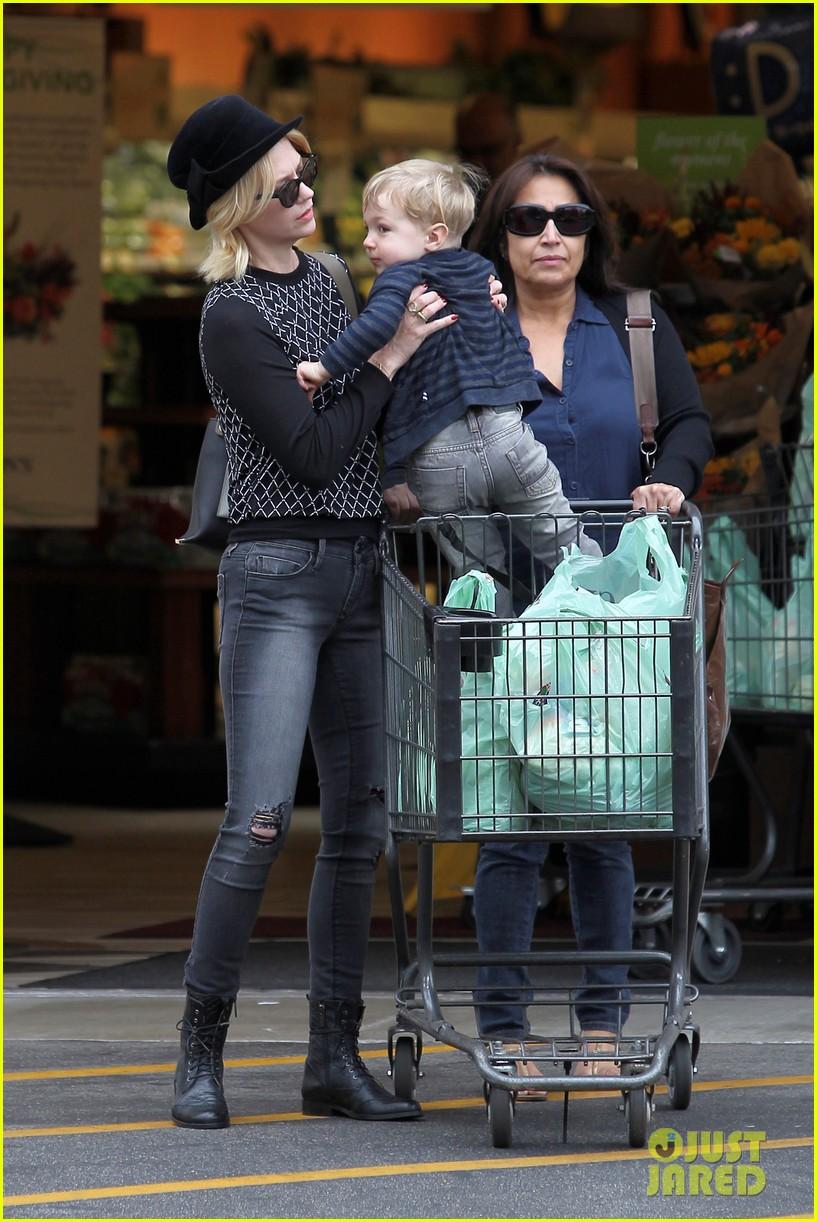 january jones goes food shopping with joyful son xander 132994510