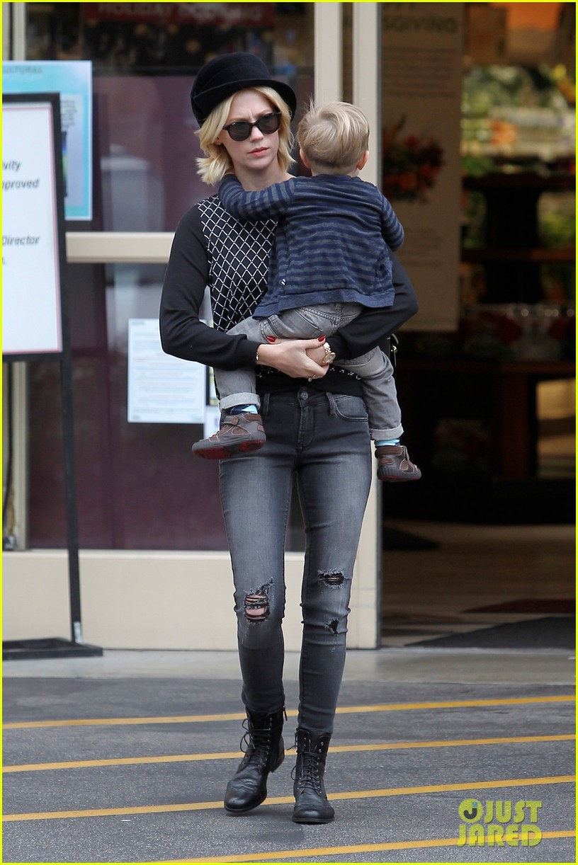 january jones goes food shopping with joyful son xander 15