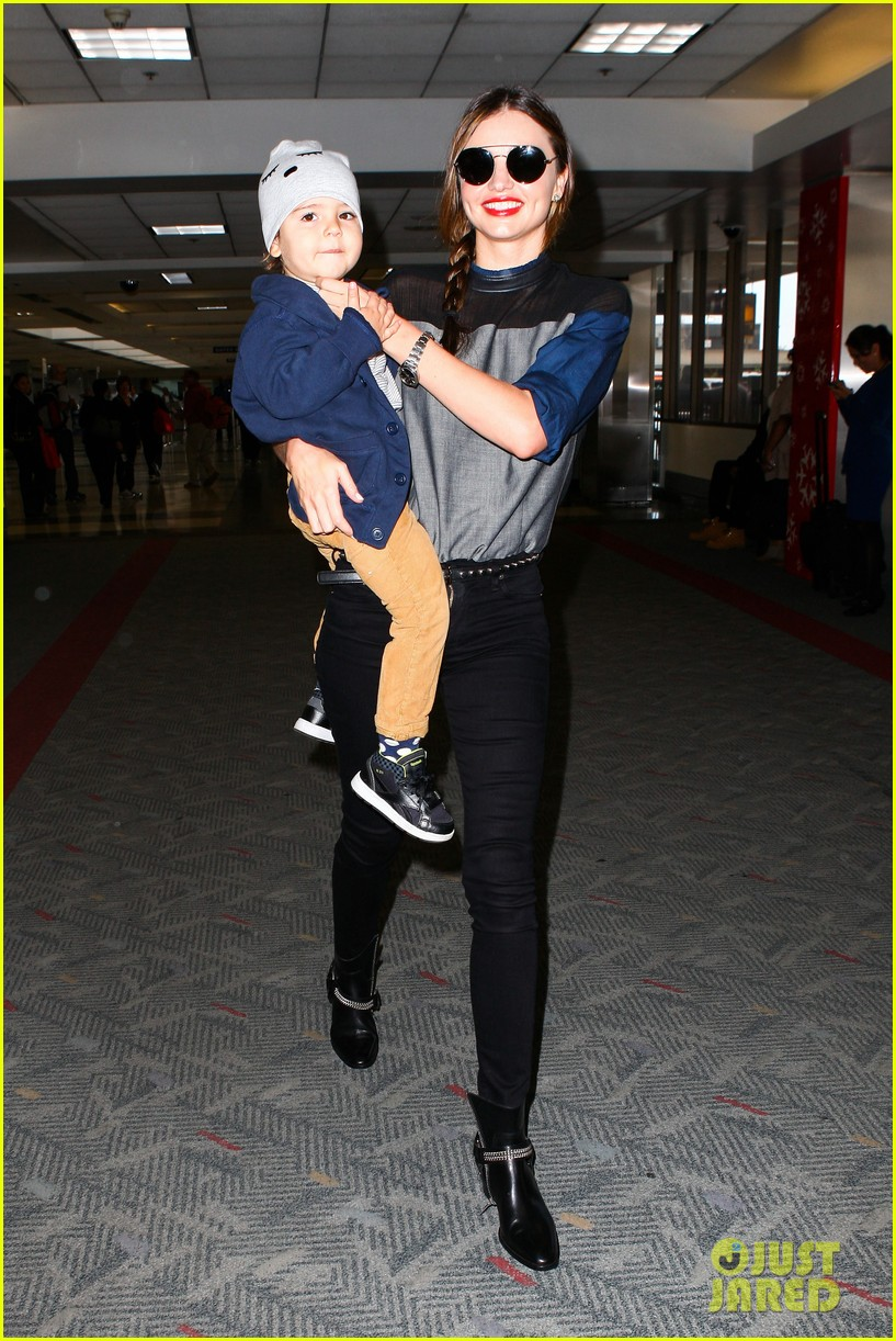 miranda kerr flies out after spending time with miley cyrus 05