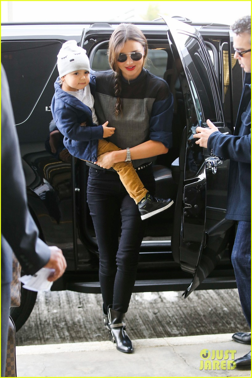 miranda kerr flies out after spending time with miley cyrus 11