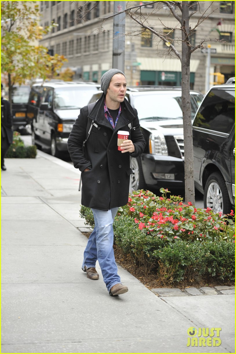 taylor kitsch bundles up after big apples first snow 032992564