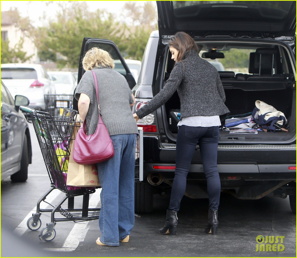 mila kunis shops amidst ashton kutchers walmart feud 03