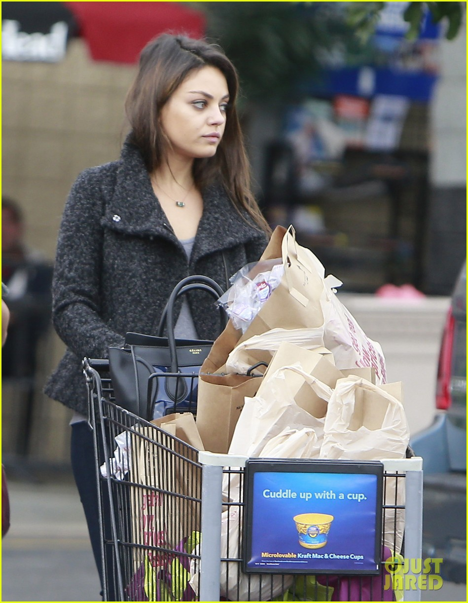 mila kunis shops amidst ashton kutchers walmart feud 14