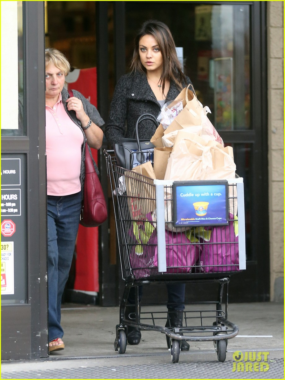 mila kunis shops amidst ashton kutchers walmart feud 18