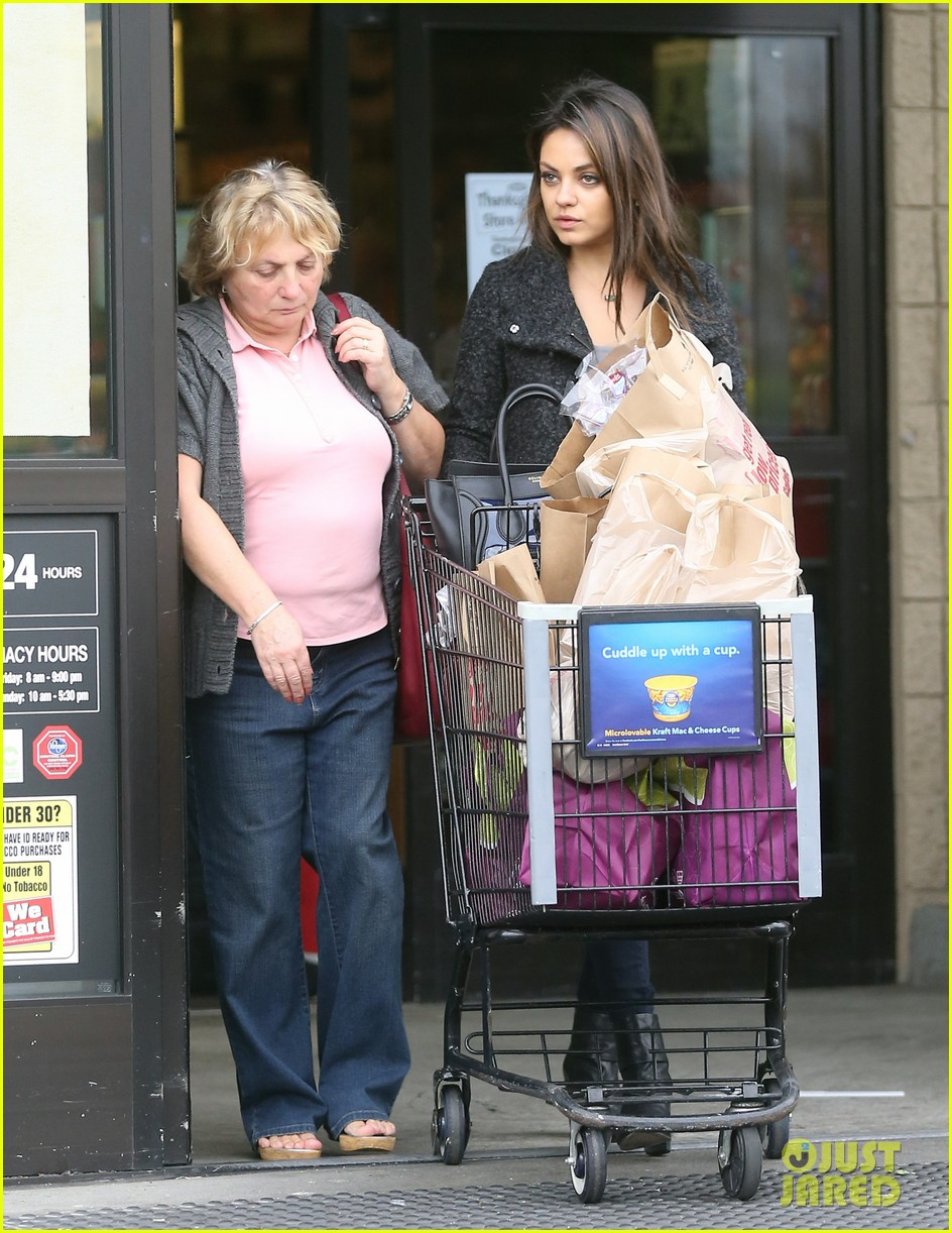 mila kunis shops amidst ashton kutchers walmart feud 19