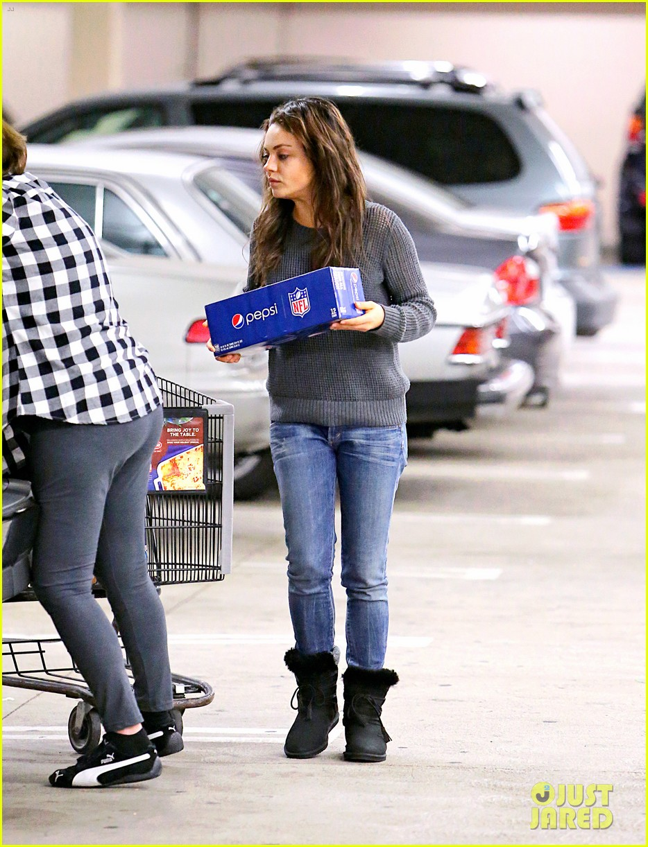 mila kunis goes thanksgiving shopping with ashton kutchers mom 043001441