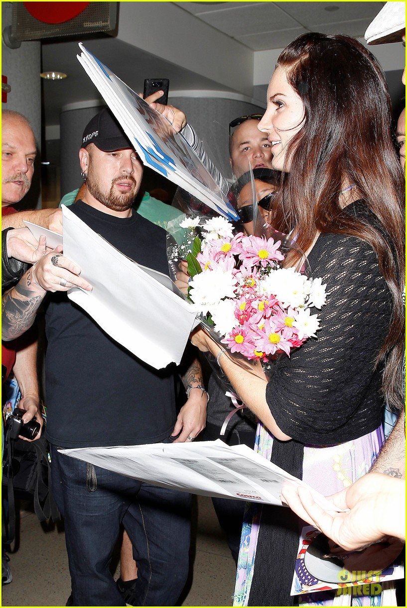 lana del rey receives flowers at lax airport 082994215