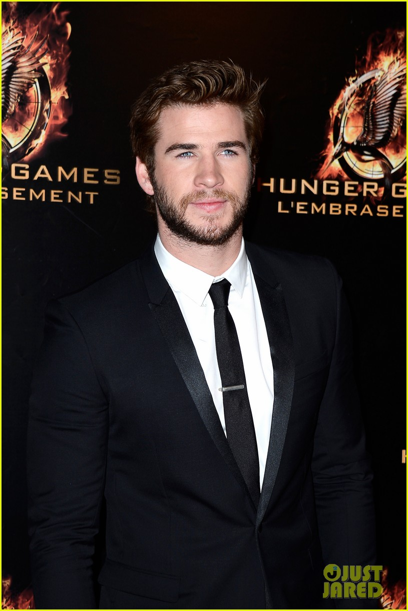 jennifer lawrence liam hemsworth catching fire paris premiere 16