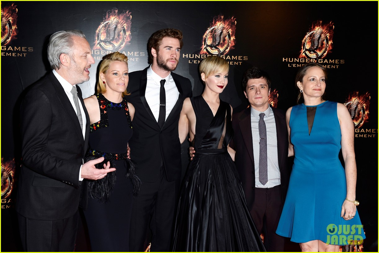 jennifer lawrence liam hemsworth catching fire paris premiere 19