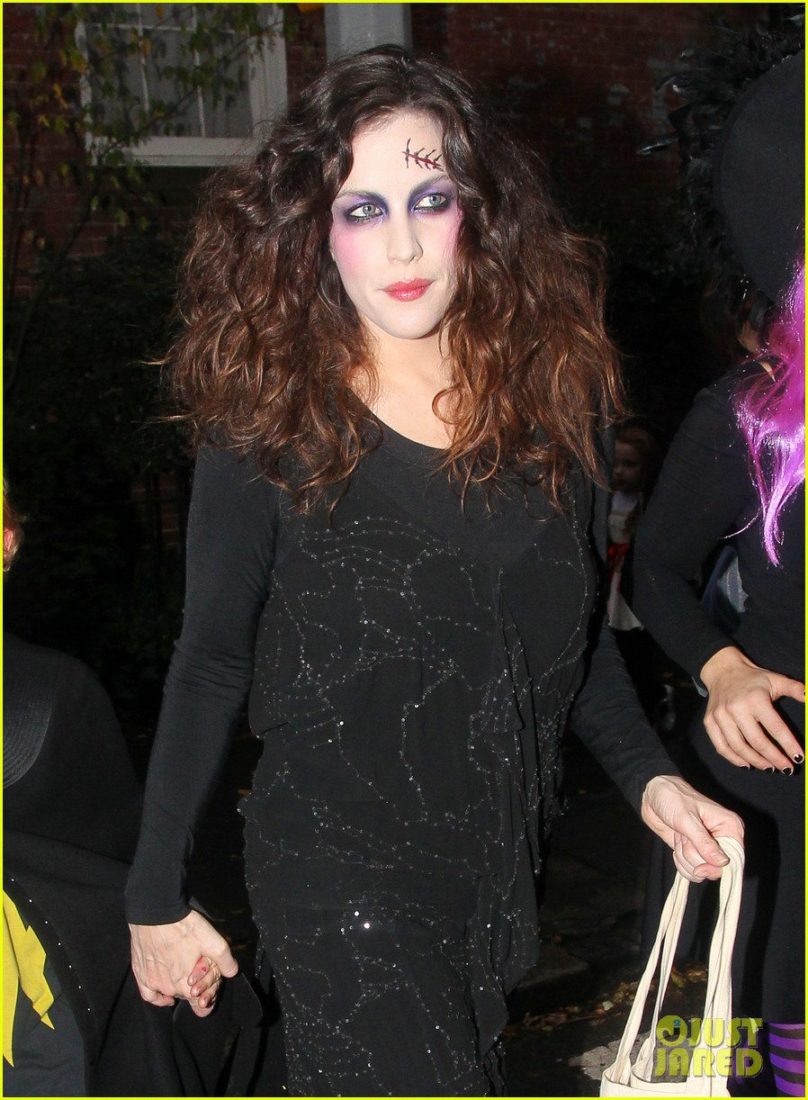 liv tyler trick or treats with milo on halloween 10