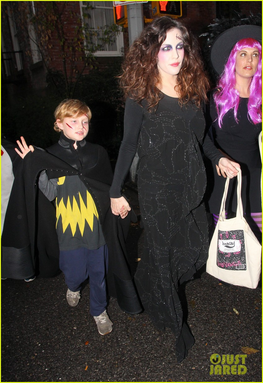 liv tyler trick or treats with milo on halloween 11