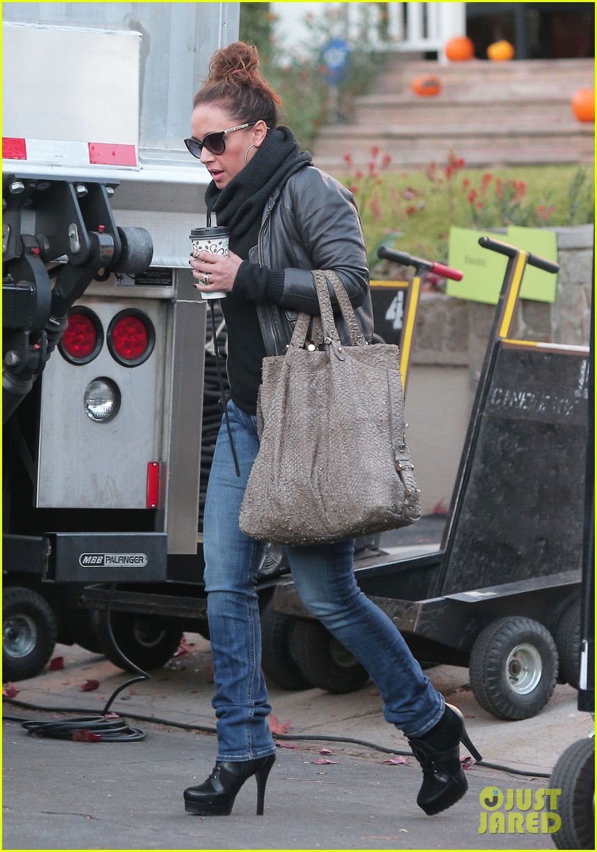 jennifer lopezs pal leah remini visits star on boy next door set 03