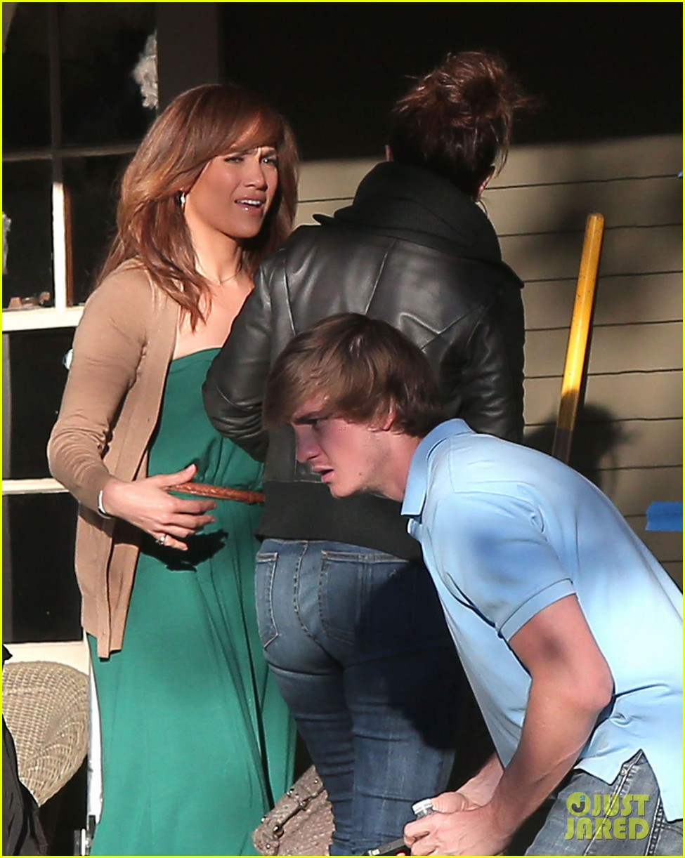 jennifer lopezs pal leah remini visits star on boy next door set 10