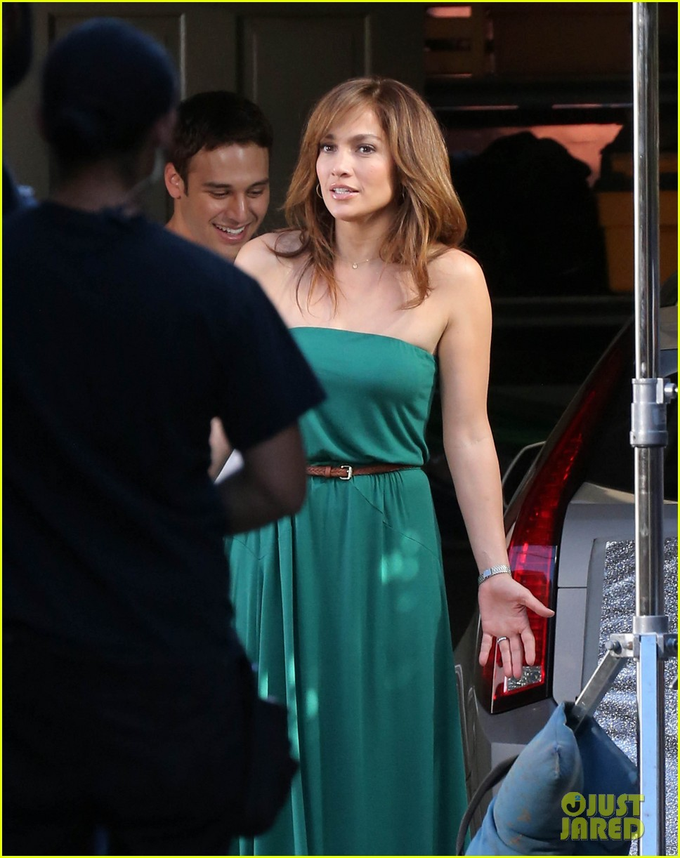 jennifer lopezs pal leah remini visits star on boy next door set 183002060