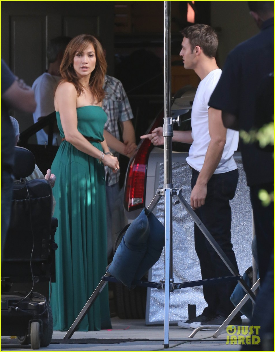 jennifer lopezs pal leah remini visits star on boy next door set 253002067