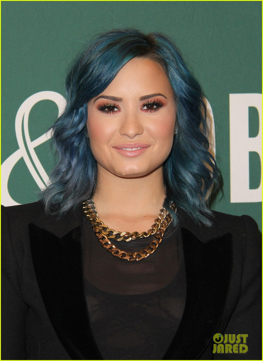 demi lovato stay strong book signing 10