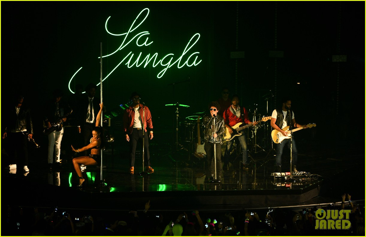 bruno mars performs gorilla at mtv ema 2013 video 12