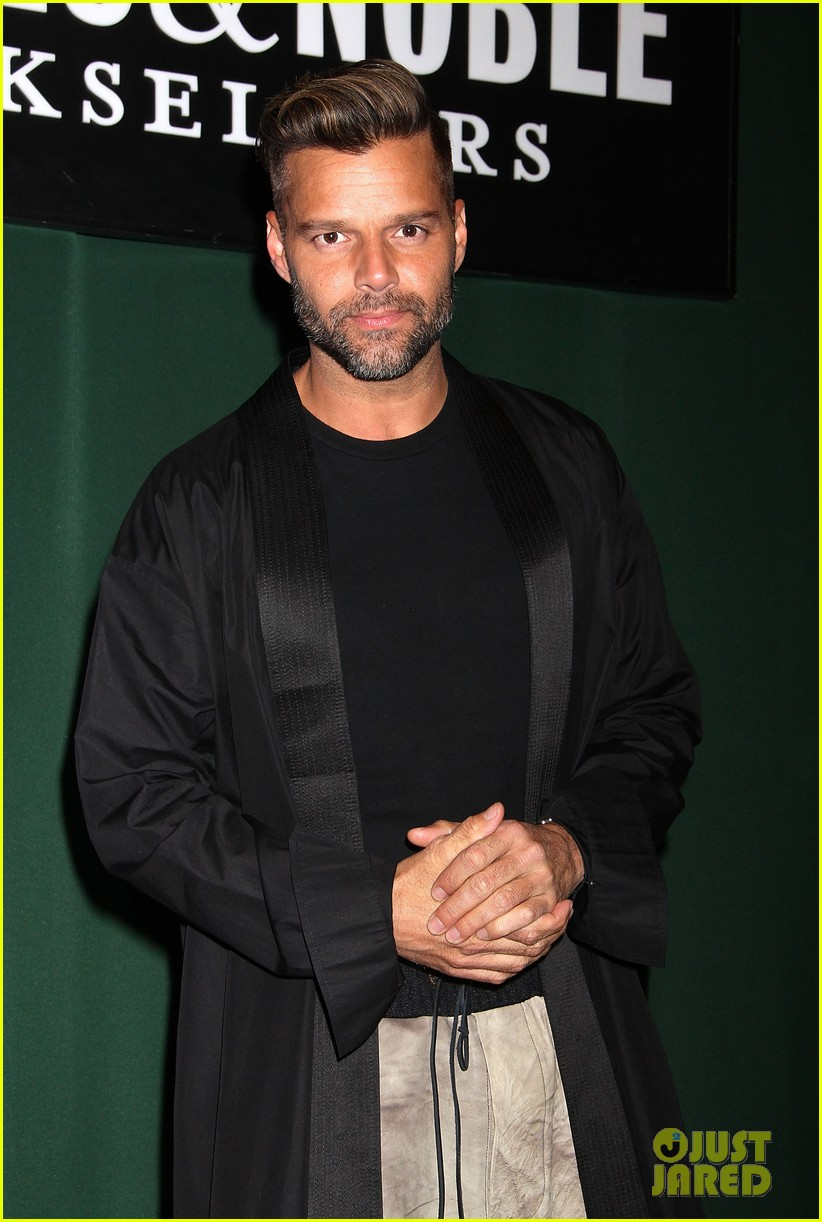 ricky martin santiago the dreamer book signing 03
