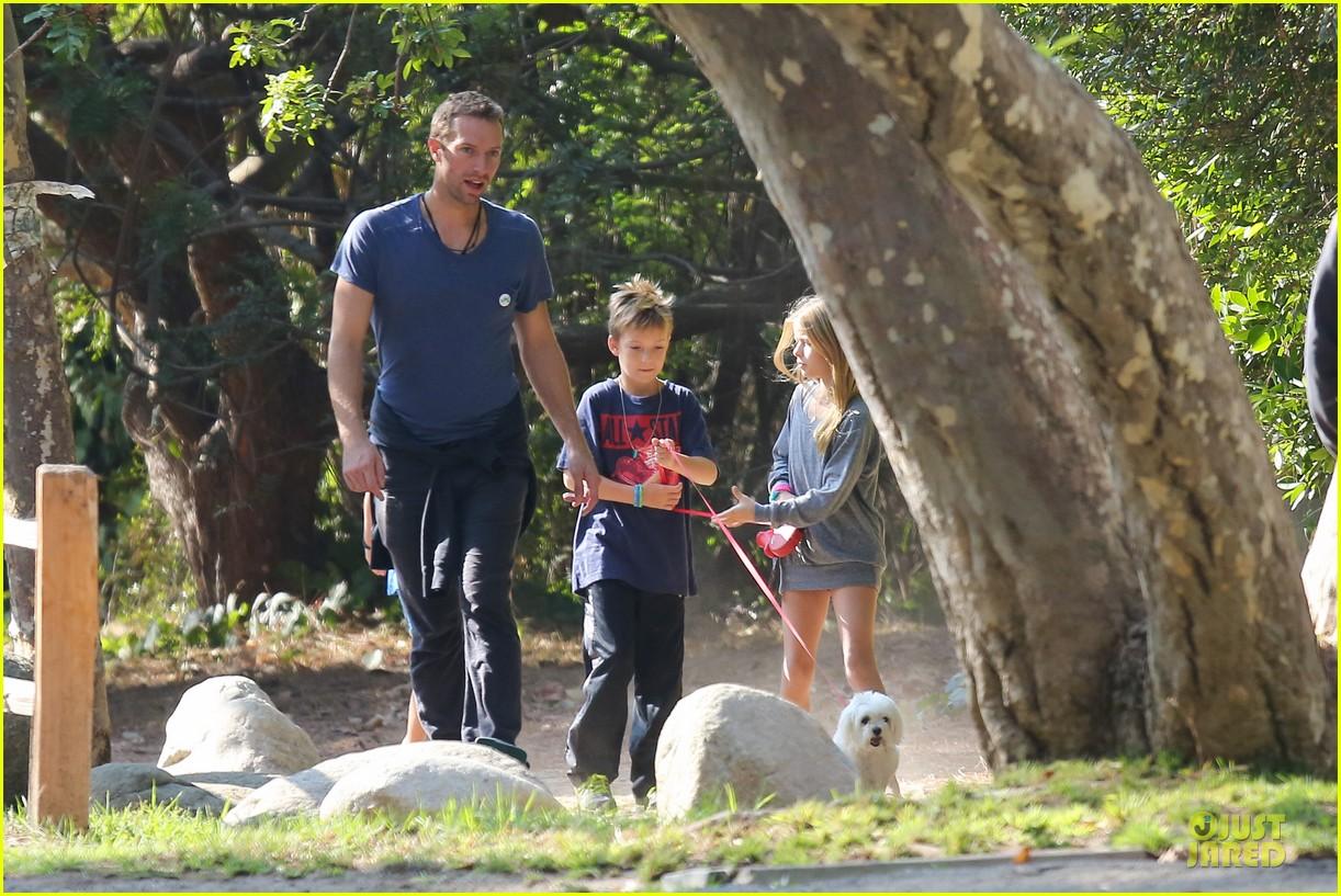 chris martin stroll with kids after kanye west concert 13