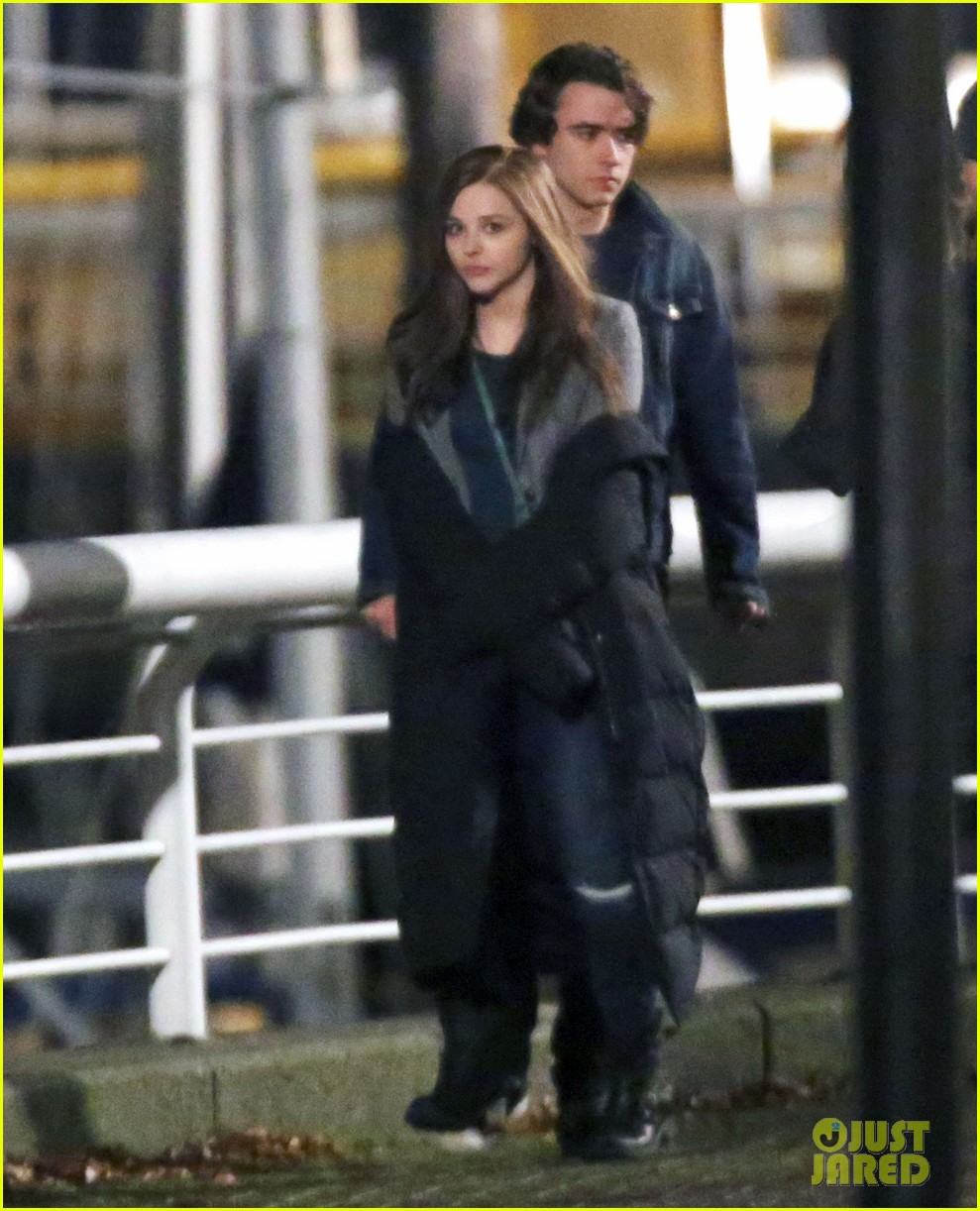 chloe moretz kisses co star jamie blackley on set 033001227
