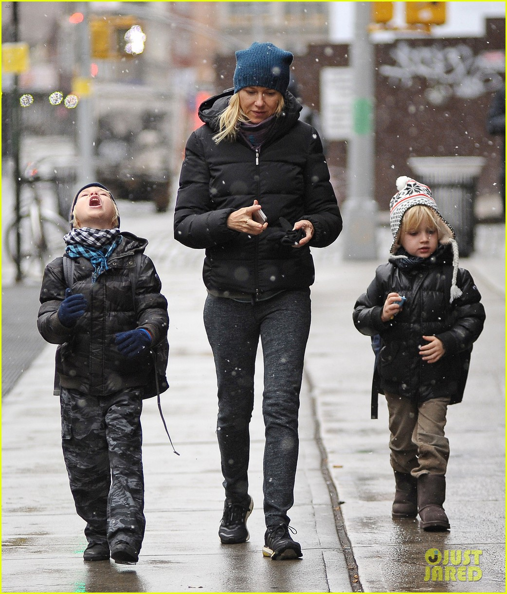 naomi watts snowy walk to school sasha samuel 06