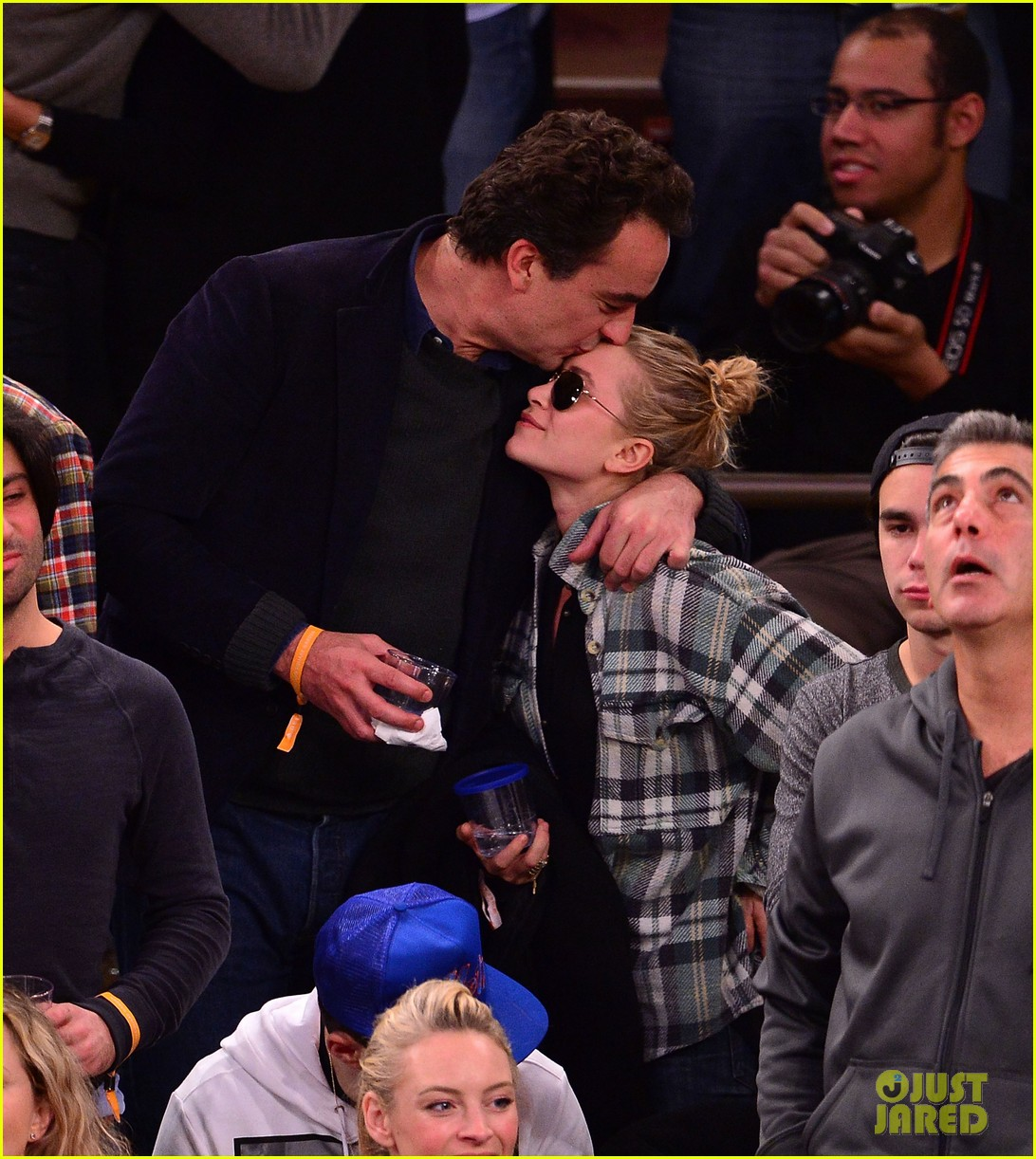 olivier sarkozy kisses mary kate olsen at knicks game 01