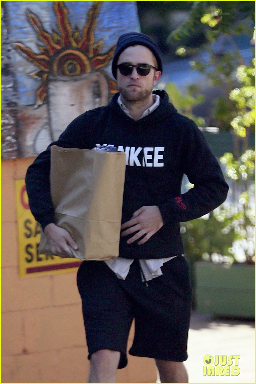 robert pattinson grabs groceries to go 022986978