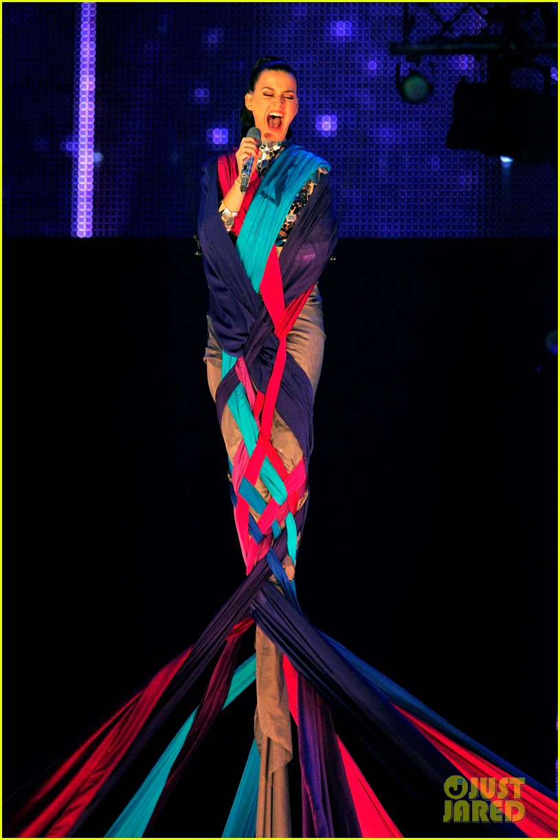 katy perry performs unconditionally at mtv ema 2013 video 012989860