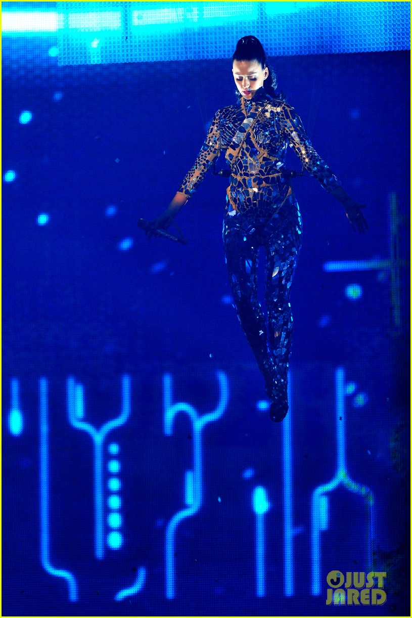 katy perry performs unconditionally at mtv ema 2013 video 122989871