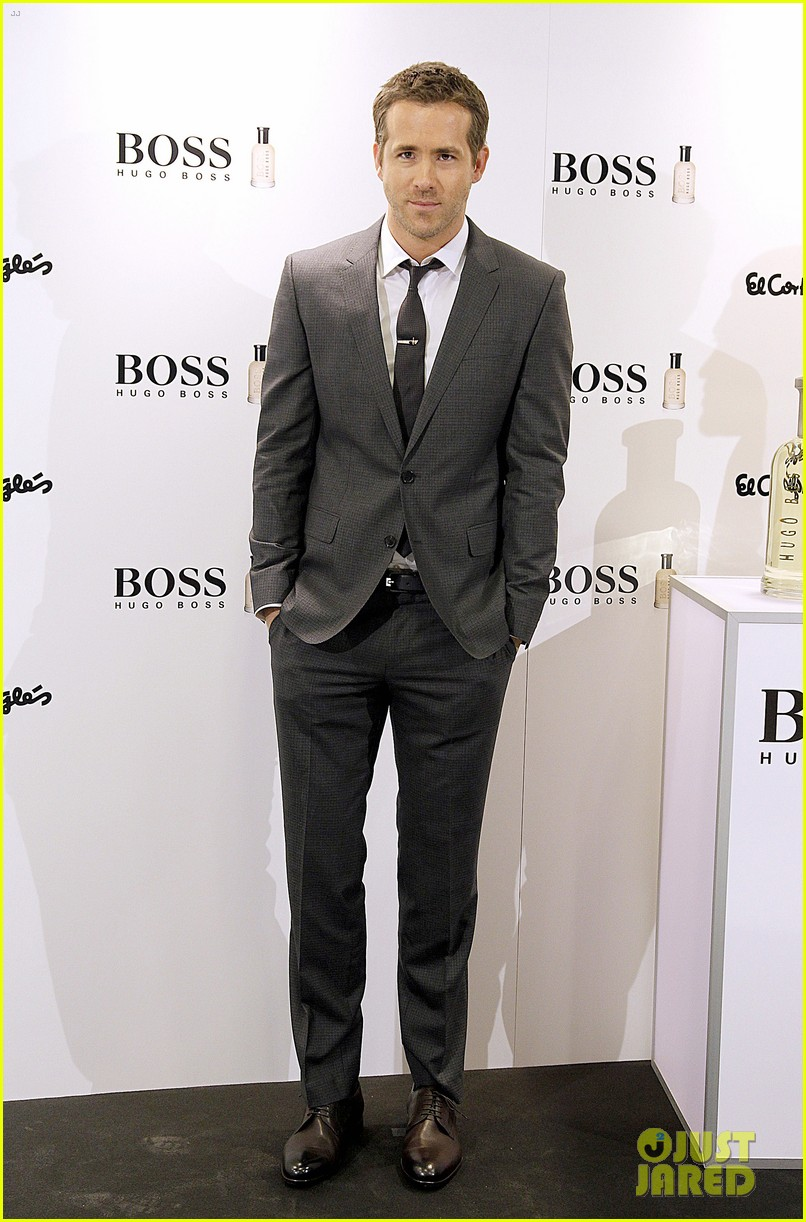 ryan reynolds lets fans feel him up at boss bottled event 073000836