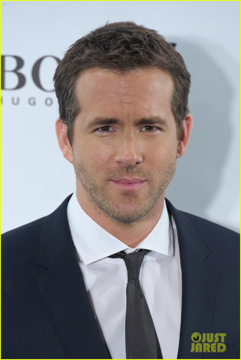 ryan reynolds wears suit tie sexy smile for boss event 01
