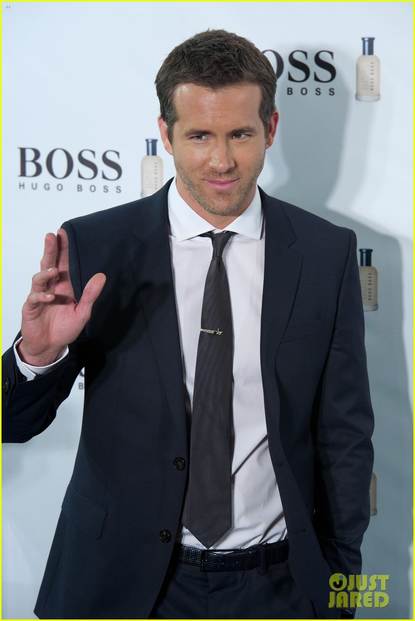 ryan reynolds wears suit tie sexy smile for boss event 083000989