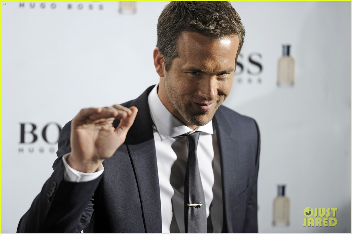 ryan reynolds wears suit tie sexy smile for boss event 14
