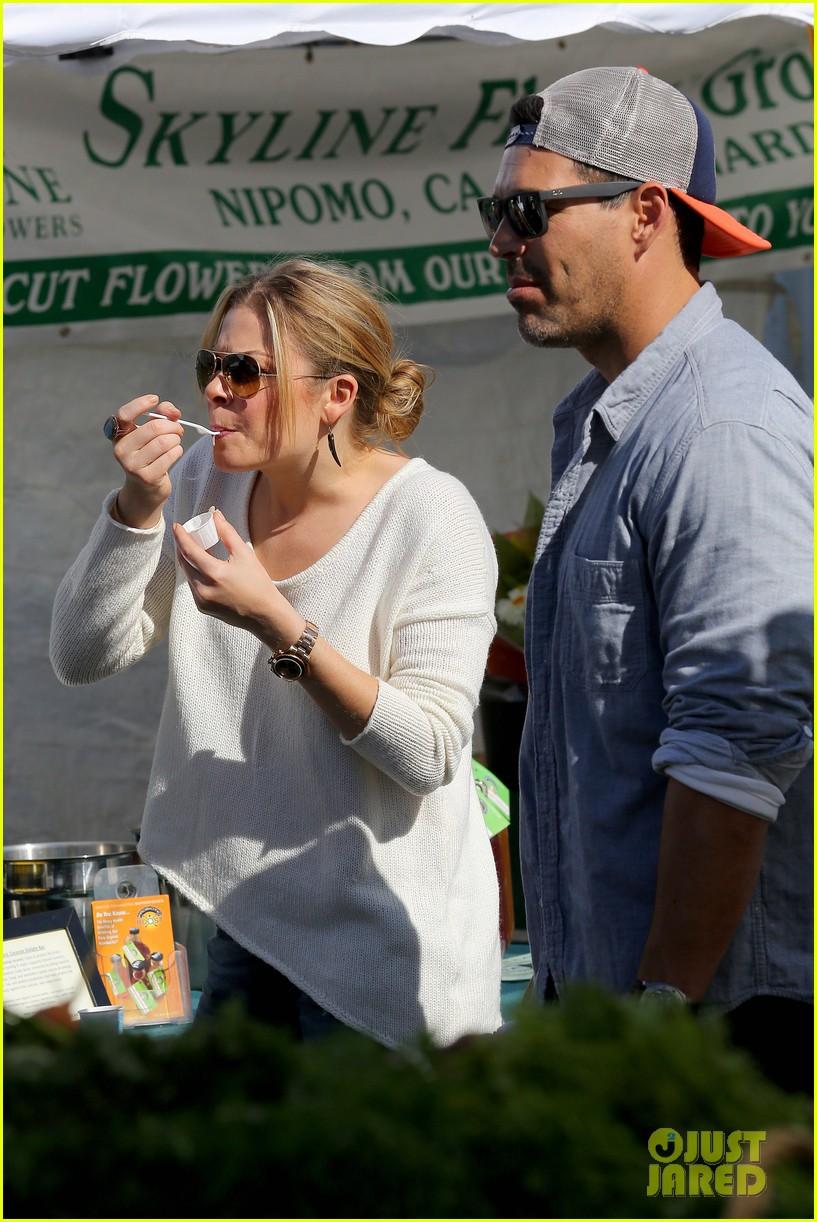 leann rimes eddie cibrian get affectionate at farmers market 02