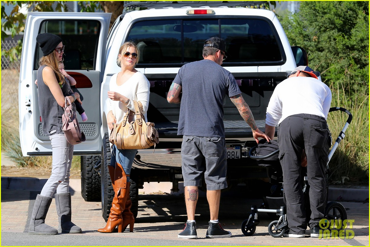 leann rimes eddie cibrian get affectionate at farmers market 11