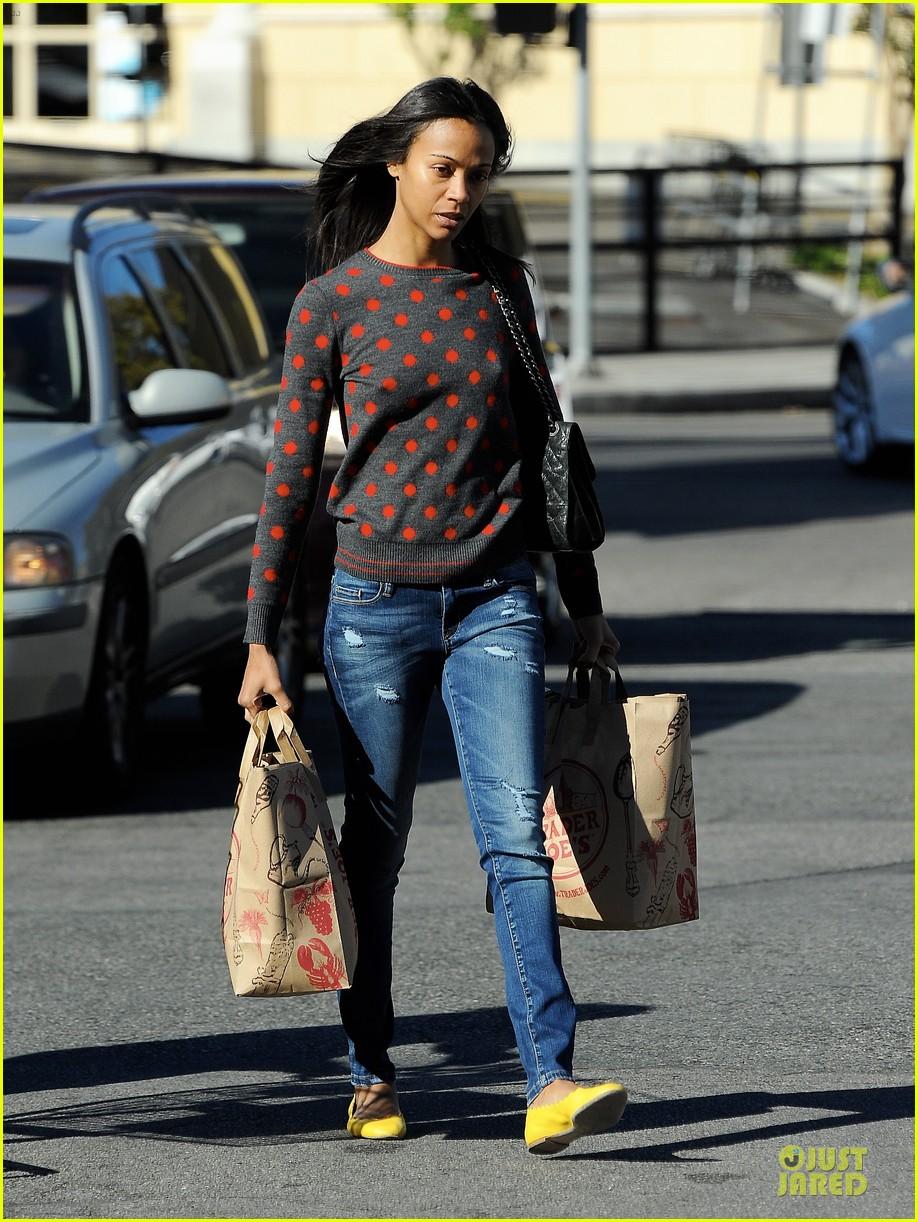zoe saldana grabs groceries marco perego walks mugsy 152985101
