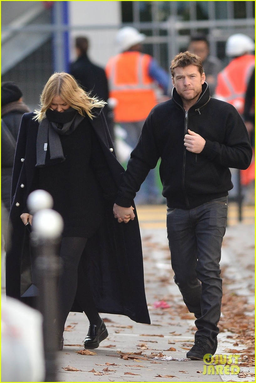 sam worthington lara bingle get romantic for paris vacation 09