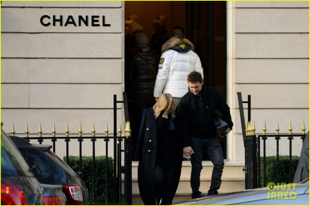sam worthington lara bingle get romantic for paris vacation 112996059