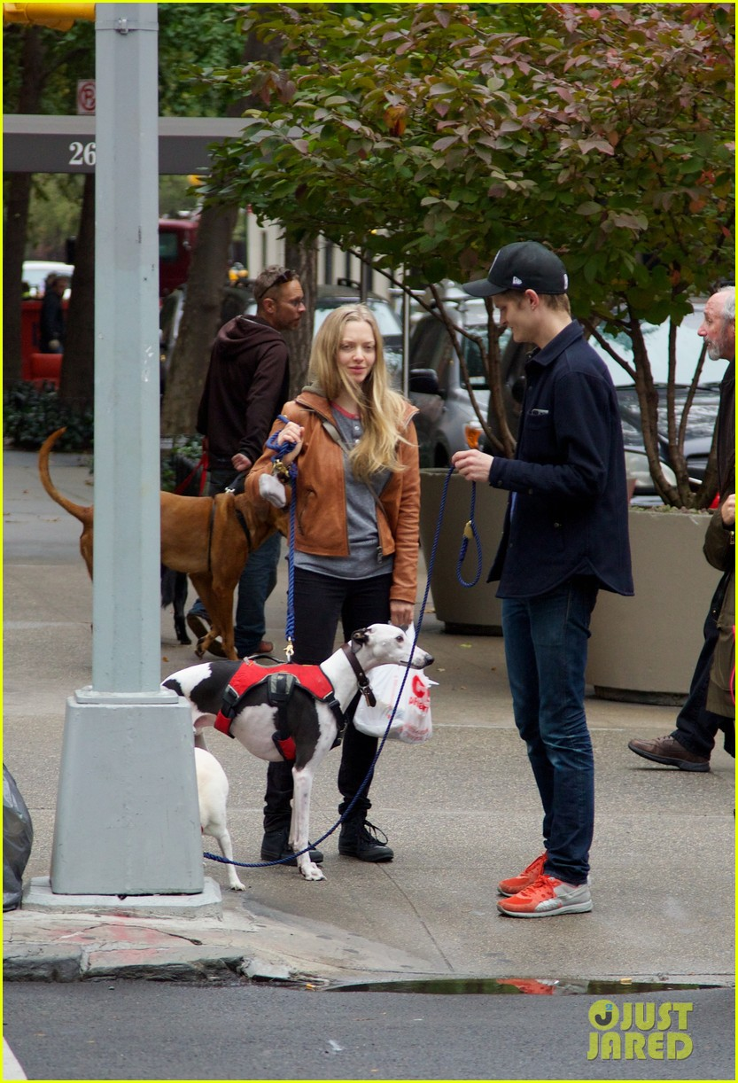 amanda seyfried halloween dog walk with male pal 02