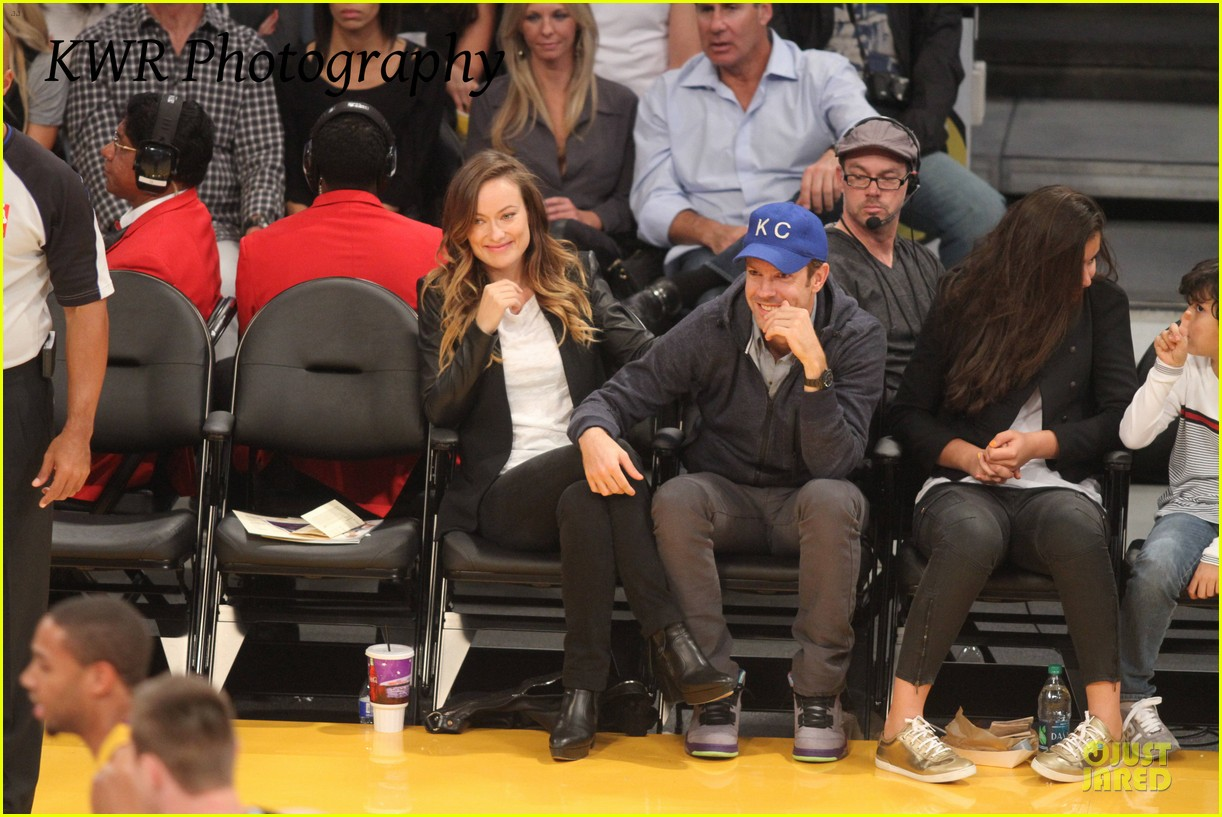 olivia wilde jason sudeikis kissing at lakers game 12