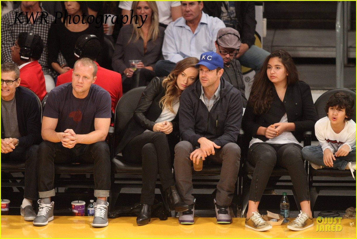 olivia wilde jason sudeikis kissing at lakers game 15