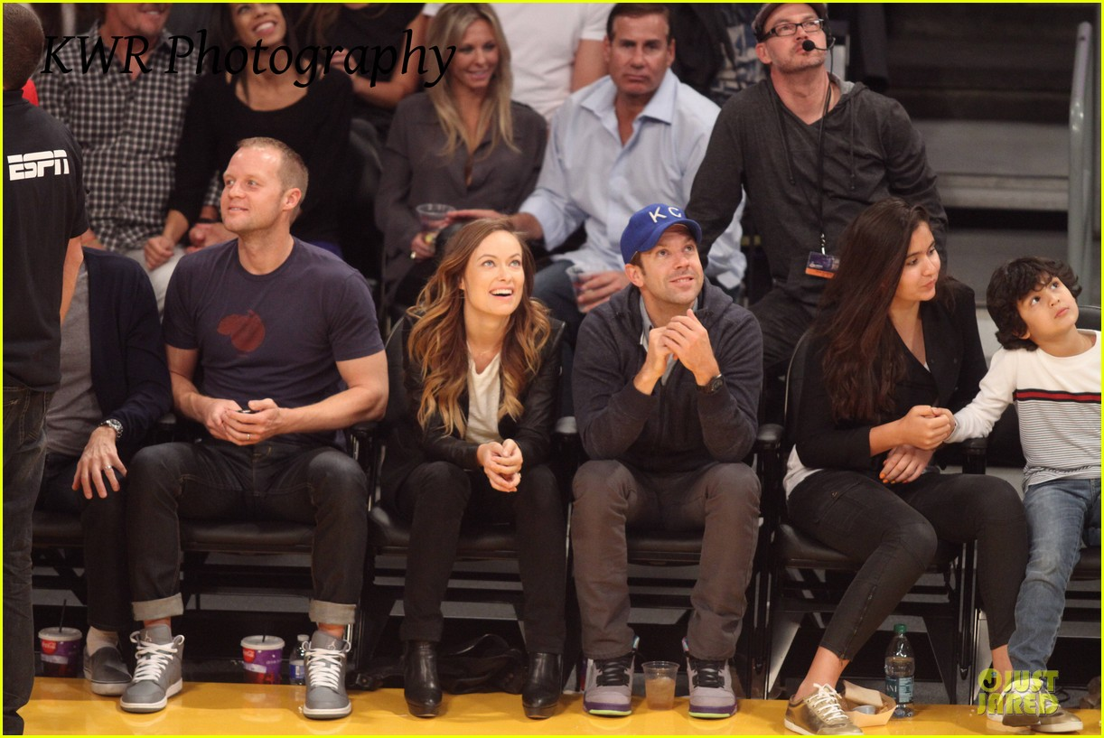 olivia wilde jason sudeikis kissing at lakers game 162985009