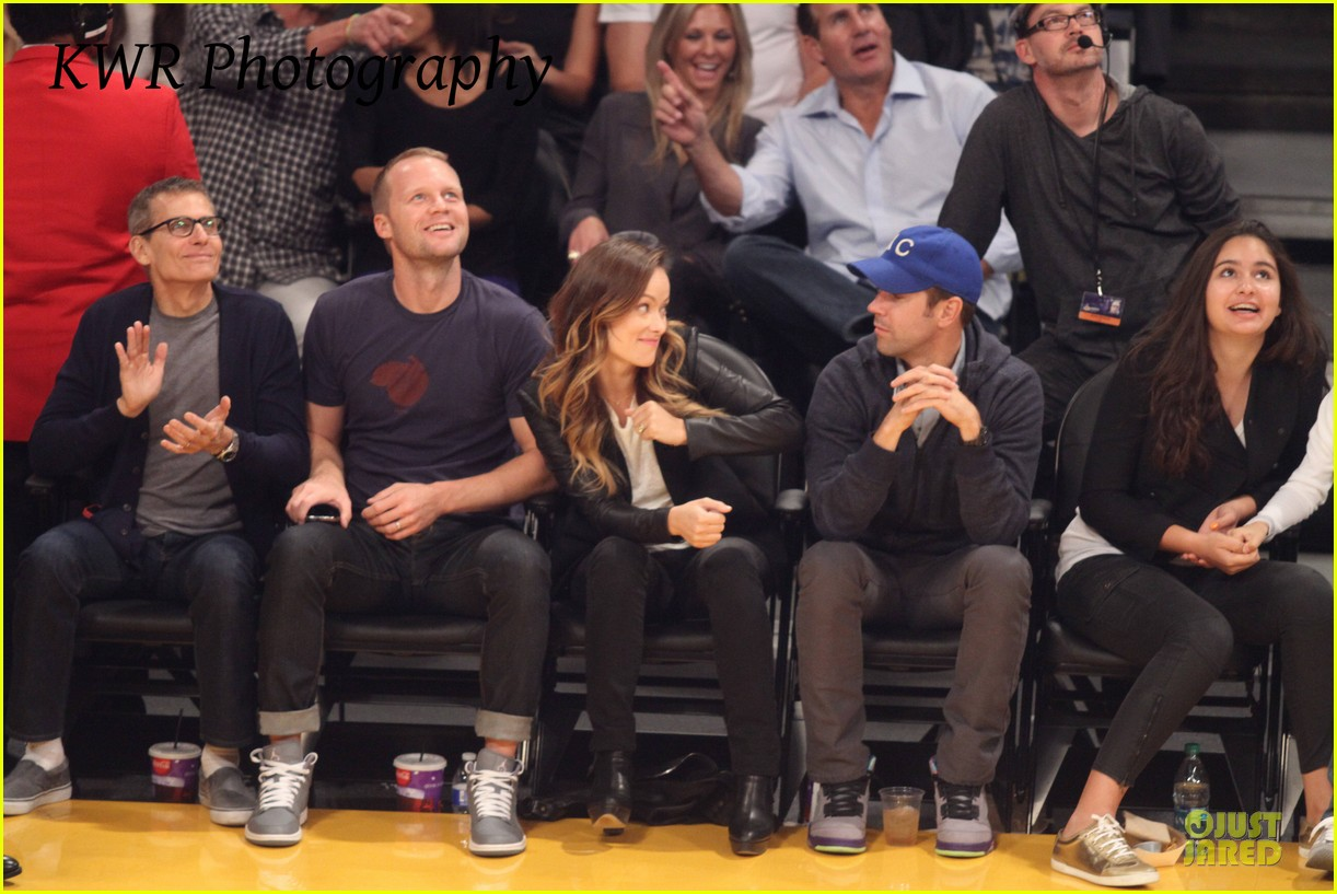 olivia wilde jason sudeikis kissing at lakers game 18